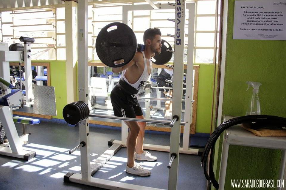 Agachamento livre - 3 séries de 12 repetições - 60 kg - Foto: Marcos Januário