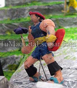 Figurilla de un guerrero inca en plastelina y palitos de fosforo.