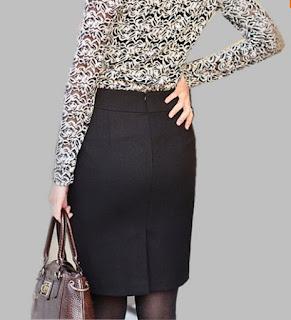 Falda corta con aplicaciones de cuero en la parte alta y cortes diagonales laterales