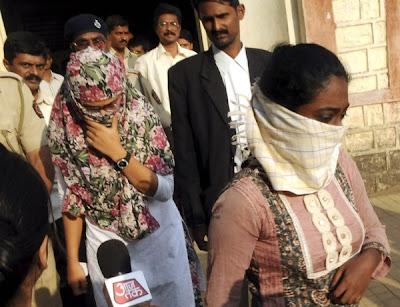 Dua wanita ditahan kerana kritikan di Facebook