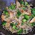 Gebratener Reis mit Brokkoli, Sprossen und Pilzen (vegan)