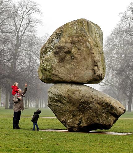 SEBONGKAH batu yang diletakkan di atas sebuah lagi bongkah batu dipamerkan di Galeri Serpentine, Hyde Park, London semalam.