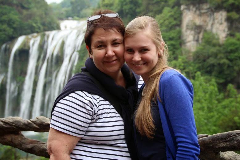 Corina und Eva vor dem Wasserfall