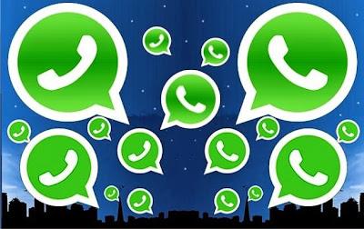 Varios logos de whatsapp en el cielo nocturno simulado de una ciudad