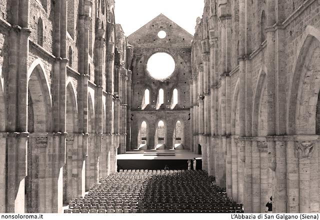 Fotografia dell'interno dell'Abbazia di San Galgano, senza il tetto