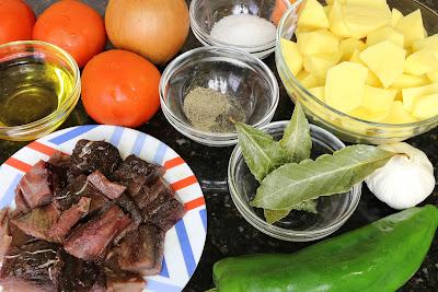 Ingredientes parta estofado de patatas con bonito fresco