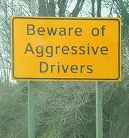 placa de trânsito: cuidado, motoristas agressivos