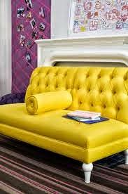 Amarillo chillón para una silloncito clásico tapizado con capitone