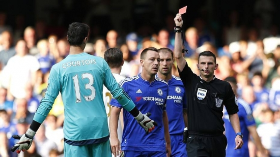 Courtois fez pênalti e foi expulso no início do segundo tempo no Stamford Bridge