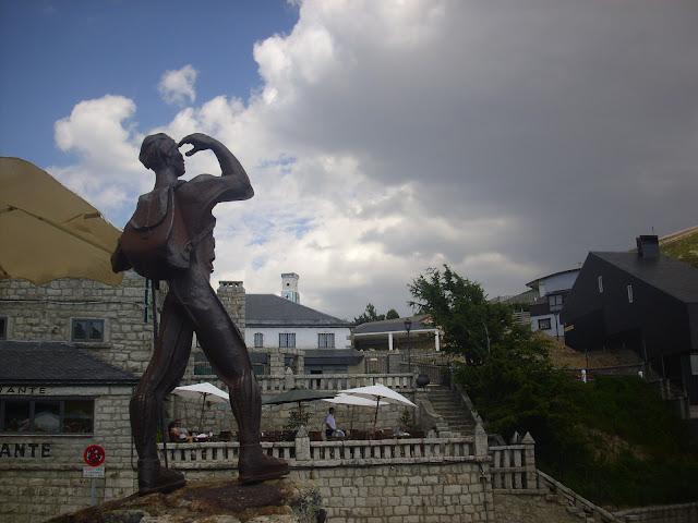 Monumento al montañero, dedicado a la familia Arias