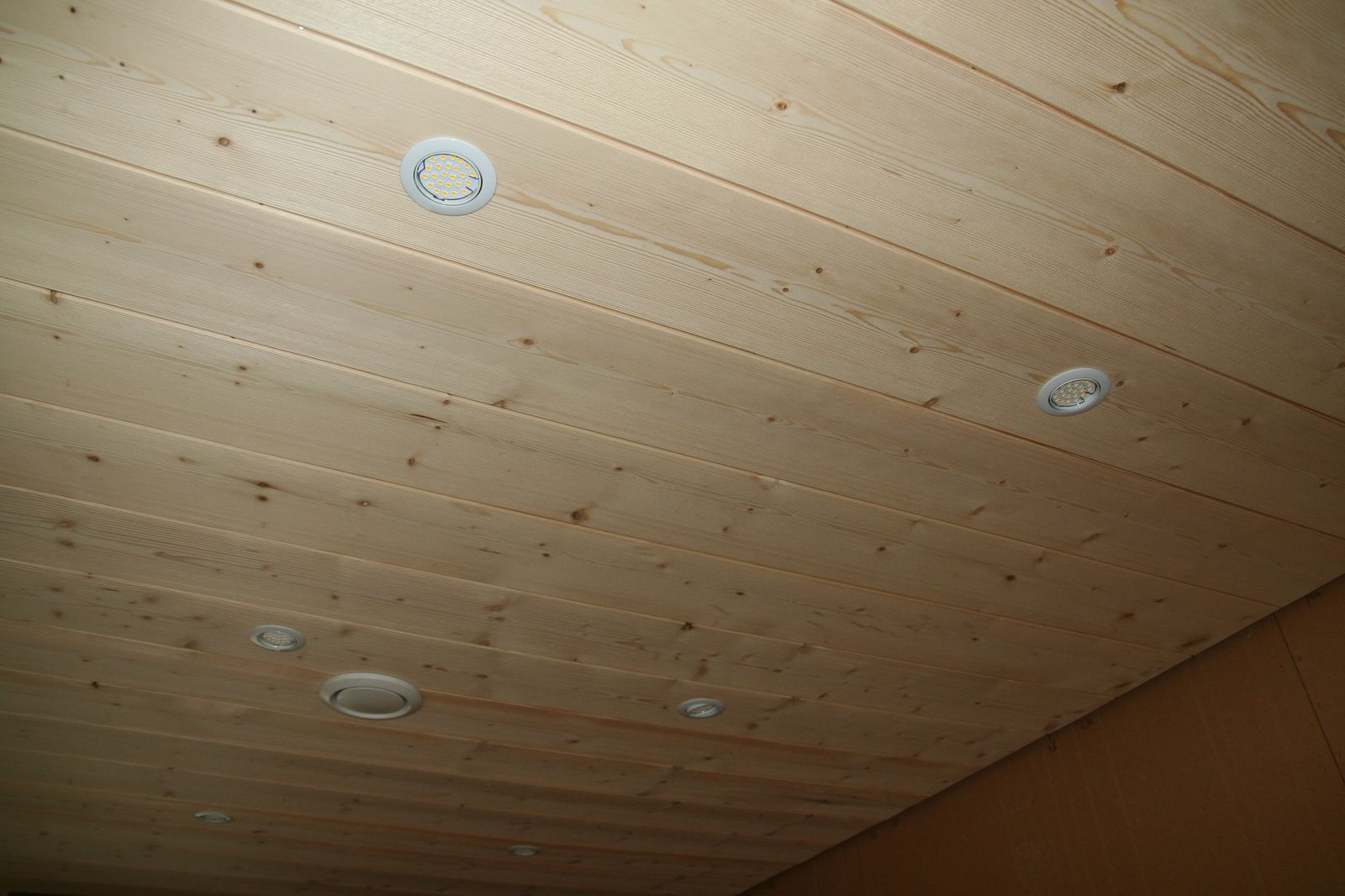 Pose d un plafond lambris pvc travaux devis en ligne for Pose d un lambris bois au plafond