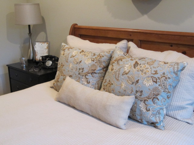Decorative Bed Pillow Storage : Sew Many Ways...: Where to Store Extra Bed Pillows...In Plain Sight