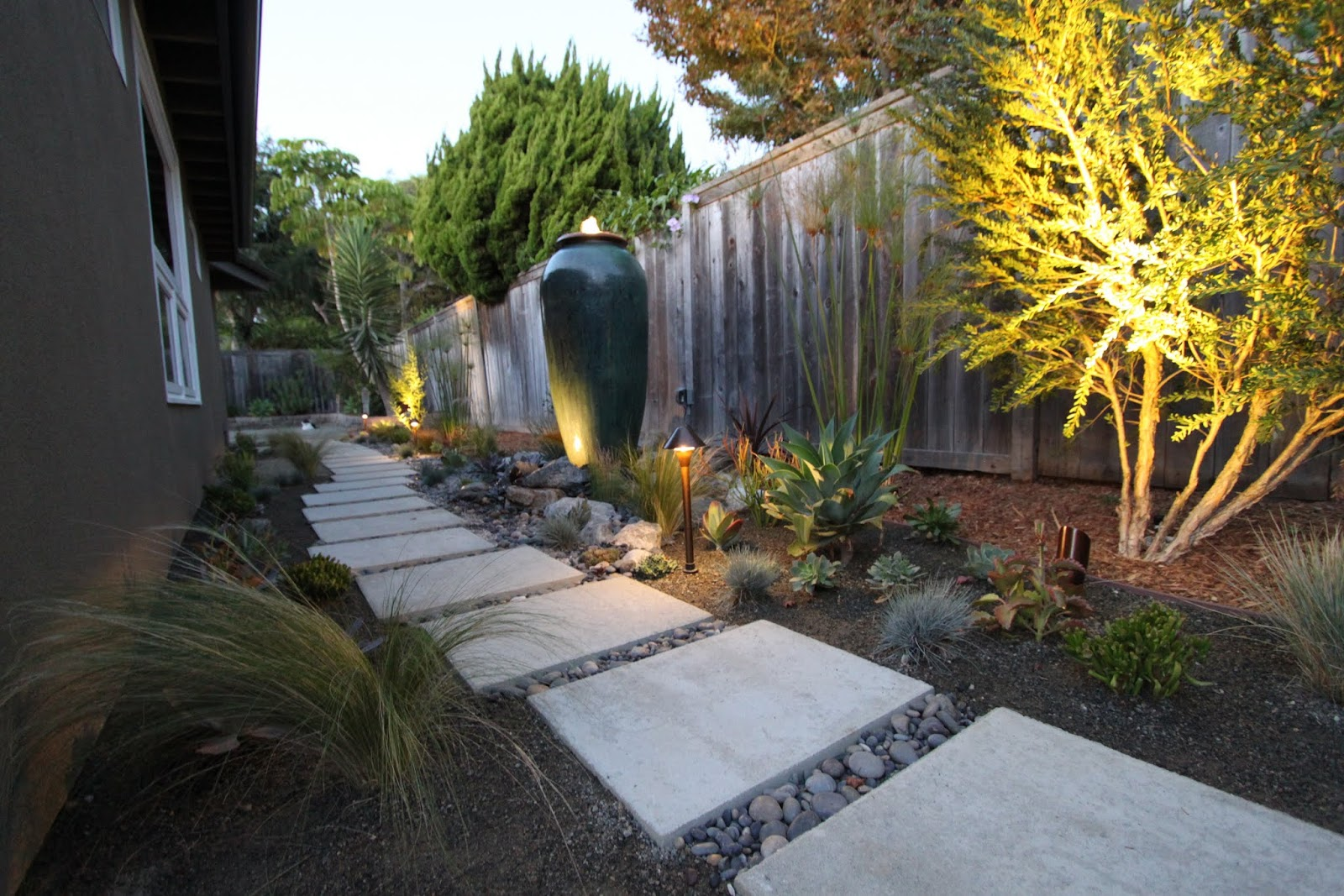 Lighting a mid century modern landscape design mid for Modern backyard landscaping