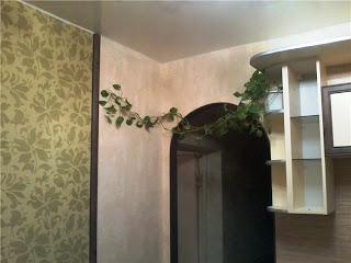 Арка при входе на кухню отделана натуральным бамбуком