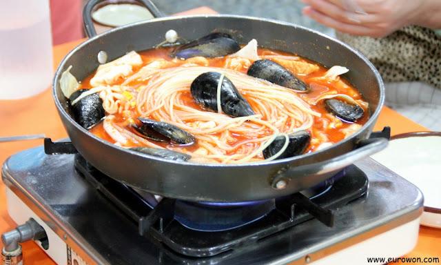El tteokbokki de marisco es picante pero no mucho