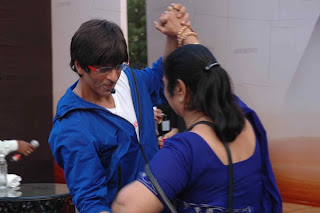 Shah Rukh Khan dancing with old lady