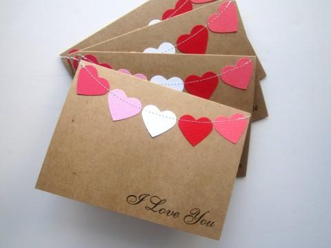 Envelope com corações costurados