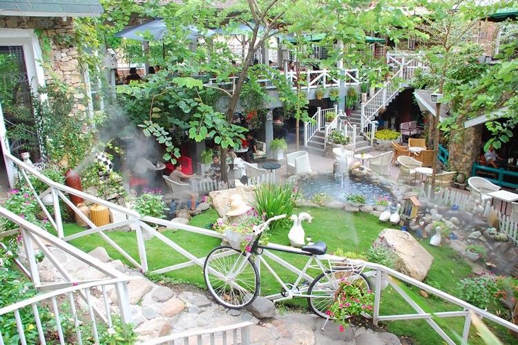 Cafe Country House tươi mát với không gian đầy màu xanh