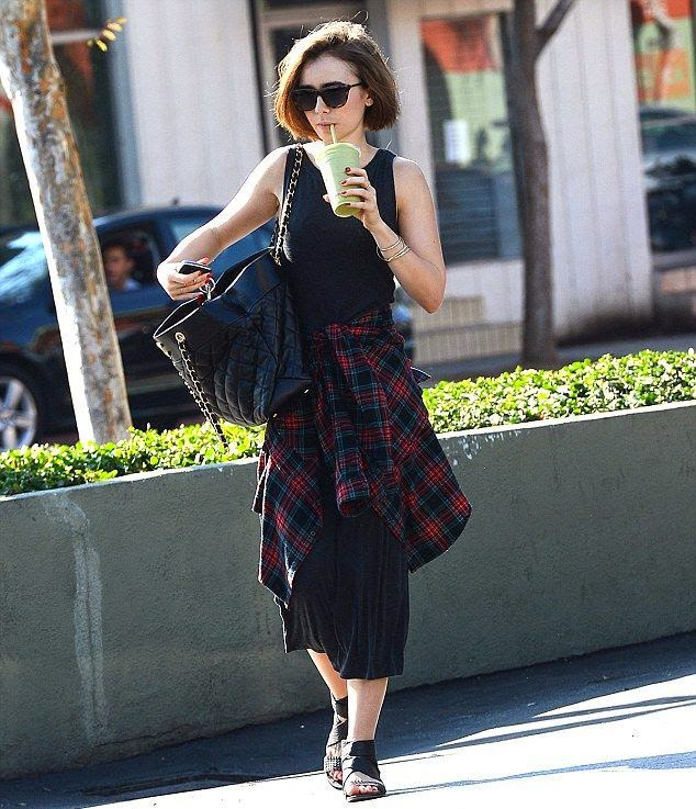 In another figure by Jeans! Lily Collins stay strong in a dark for strolling at Los Angeles on Saturday, December 6, 2014.