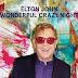 """Prestes a lançar novo álbum, Elton John divulga """"Blue Wonderful"""""""