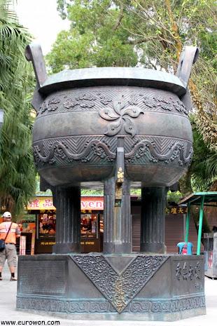 Gran caldero en el templo Po Lin frente al Buda Tian Tan