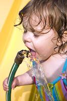 Kinder trinken liebend gerne Leitungswasser. Im Leitungswasser wurden Viren und Fäkalkeime nachgewiesen.