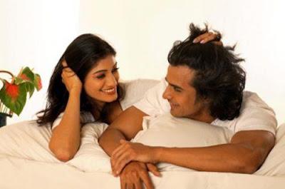7 أمور يحب زوجك سماعها في السرير  - امرأة تداعب تلاعب حبيبها تدلل زوجها