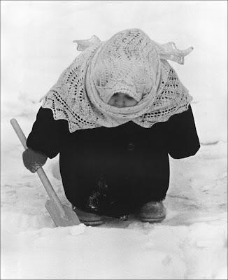 укутанный в платок ребенок с лопаткой