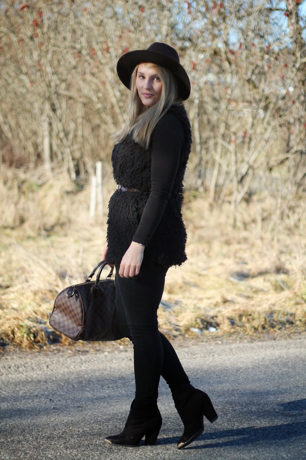 Fashionblogger Austria / Österreich / Deutsch / German / Kärnten / Carinthia / Klagenfurt / Köttmannsdorf / Winter Look / Classy / Edgy / Winter / WInter Style 2014 / Winter Look / Fashionista Look / Streetstyle Klagenfurt Vienna Wien Austria / /Winter Outfit / Black Outfit / Black Lammfellweste Fake Fur Vest / Brown Hat bRauner Hut Forever 21 / Louis Vuitton Damier Ebene Speedy 25 / Boots Ann Christine // Daniel Wellington Uhr /
