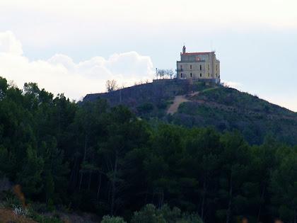 Aproximació fotogràfica a l'ermita de Sant Ramon des del Coll de la Creu del Querol