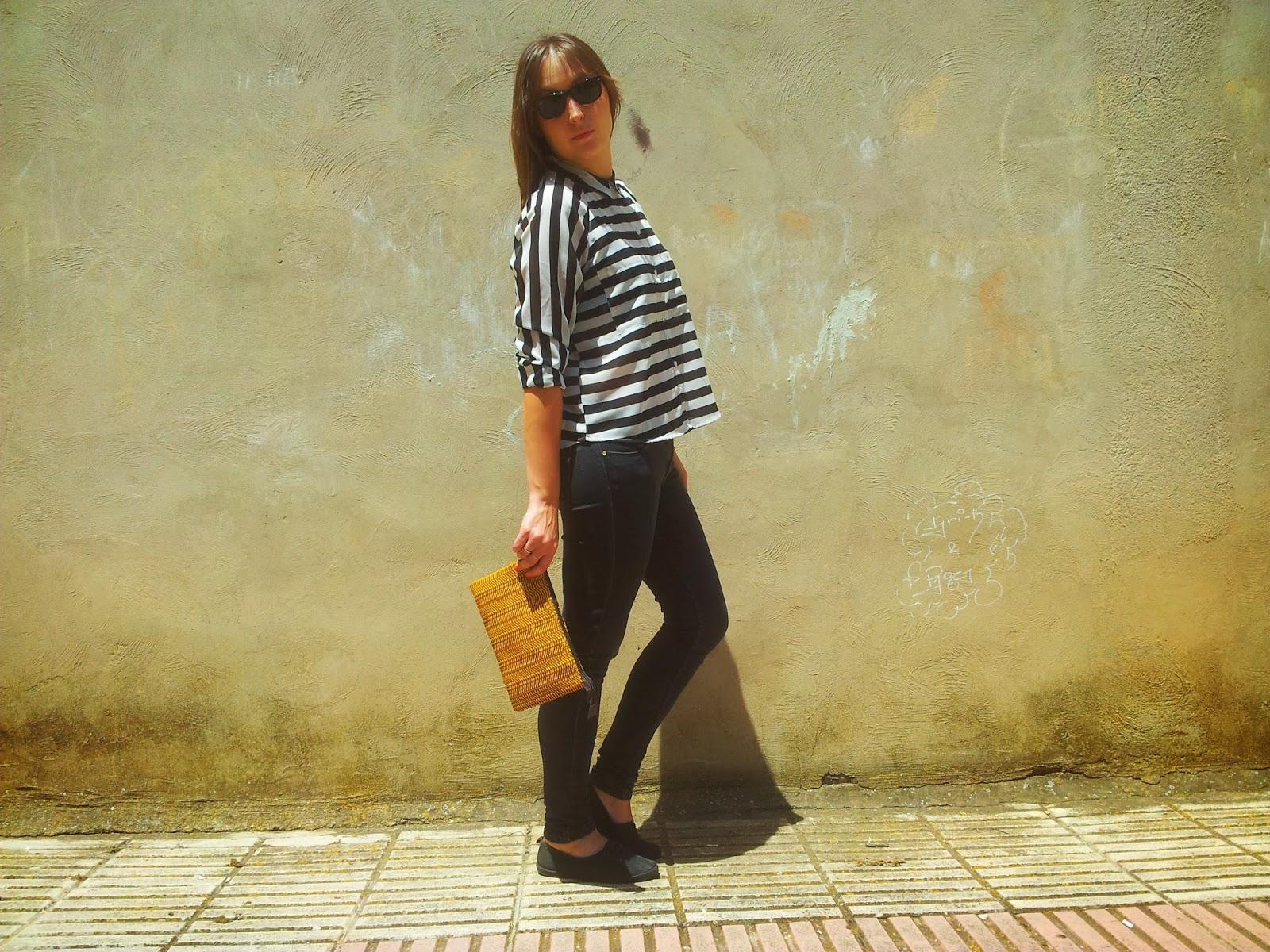Outfit ideal para cualquier ocasión, camisa de rayas de pimkie y pitillos negros.
