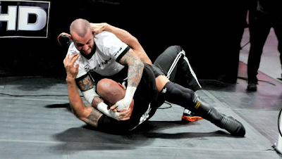 cm punk arremete vs the rock en el programa raw de 2013, espectaculo de cm punk vs the rock en la mejor lucha libre