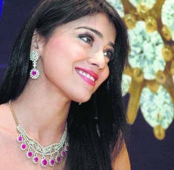 Shreya wearing Diamond Necklace