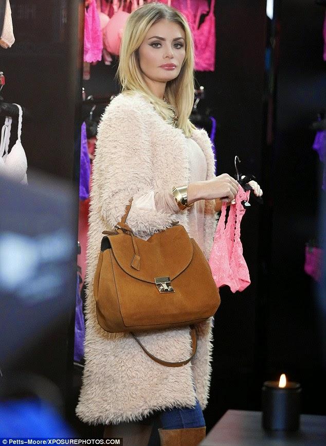 دانييل ارمسترونغ تتعرى لتجريب الملابس الداخية خلال تسوقها في لندن