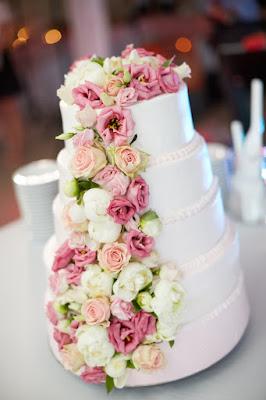 tort weselny udekorowany świeżymi kwatami