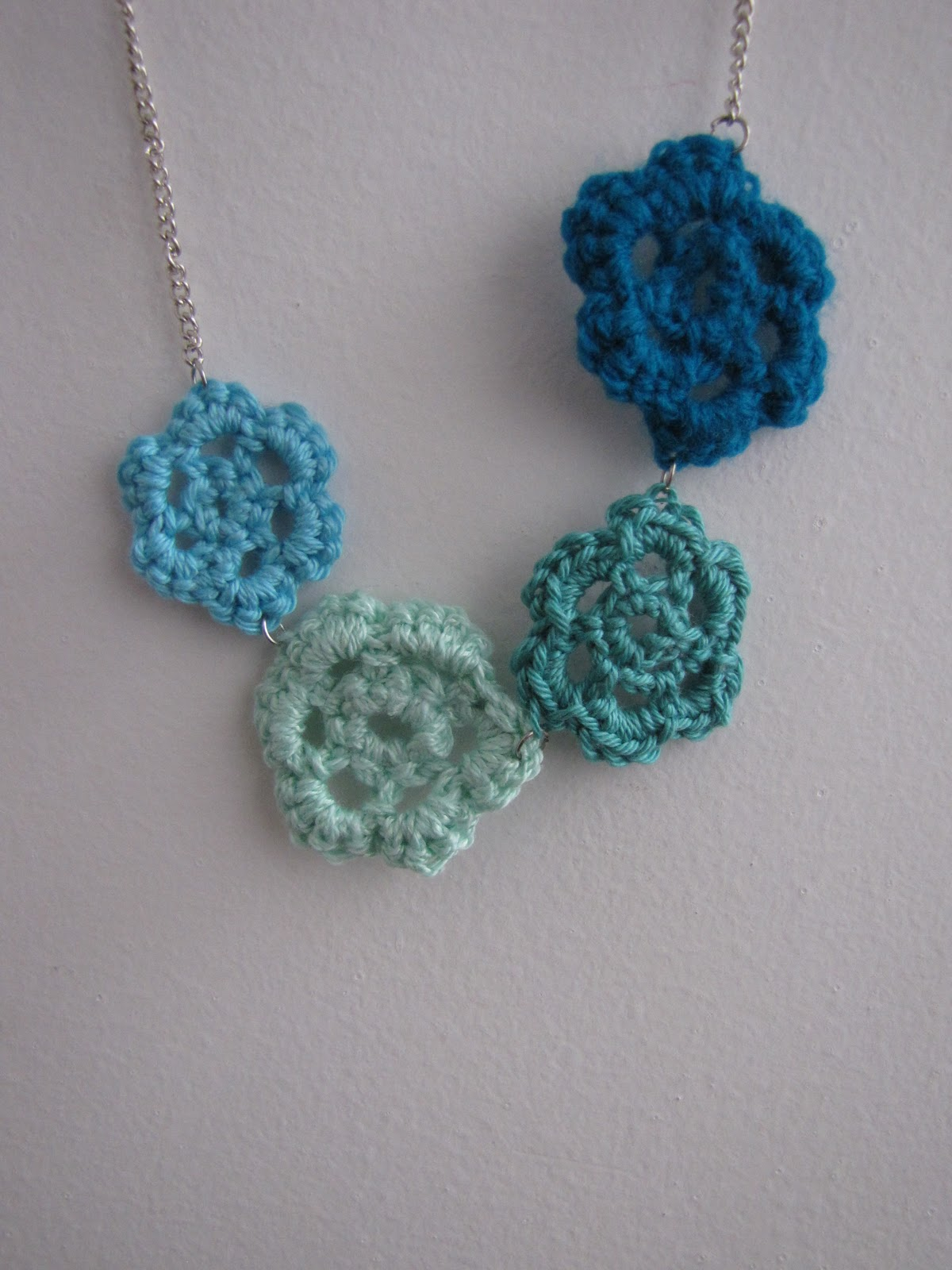Little Treasures: A new crochet flower necklace in the shop