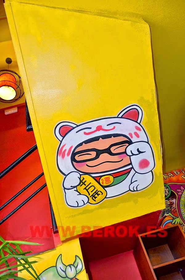 Decoración interior de restaurante chino con dibujo de niño disfrazado de gato