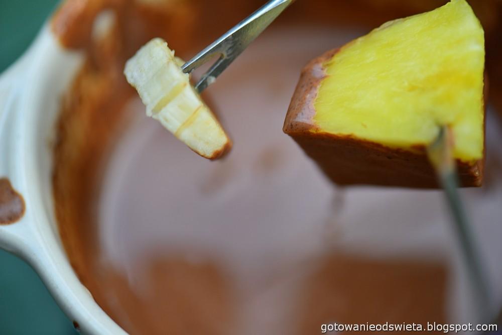 Czekoladowe fondue ananas