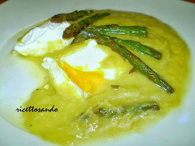 Uova in camicia su base di crema di asparagi ricetta delicata per un piatto light