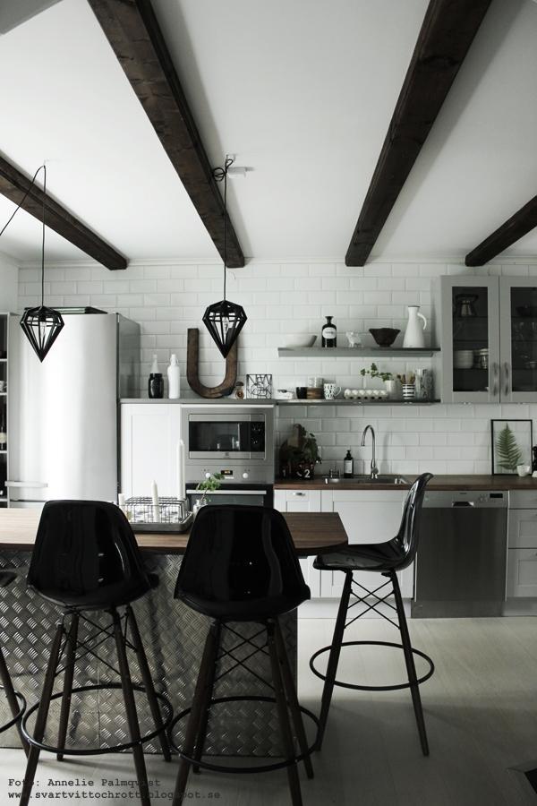 kök, köket, kökets, industriellt, industrial kitchen, köksö, barstolar, diskbänk, extra brett kylskåp, miele, inredning, svart och vitt, svartvit, blogg, bloggar, vitt, vit, vita, svart,
