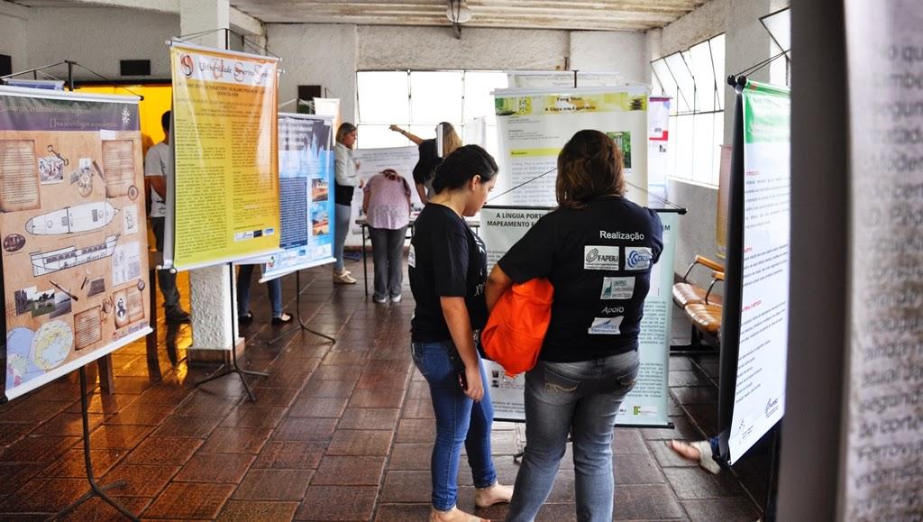 Foto 2: Estudantes expõe trabalhos no hall do Auditório Omar Magalhães.