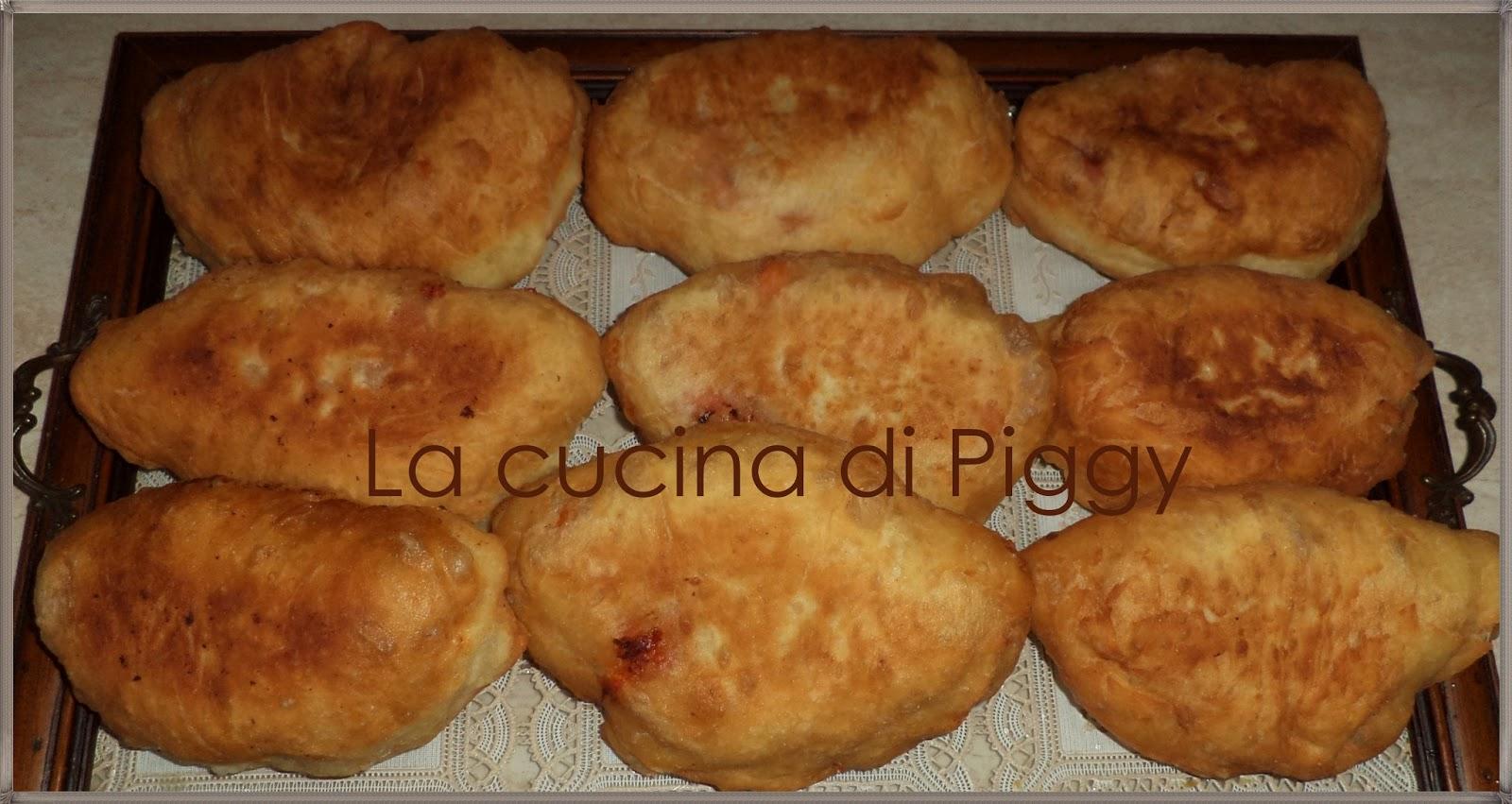 Panzerotti fritti con pomodoro, prosciutto cotto e mozzarella | La ...