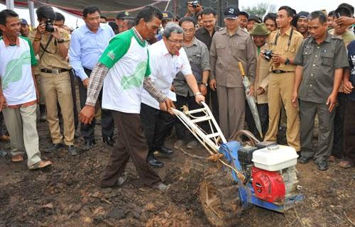 Gubernur Sumbang 1.015 Traktor Bagi Petani Jabar