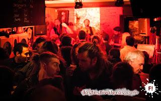 11. Y mientras tanto, en la Loupiote...Ca peut plaire a ta mère hacen sonar Bubamara en el preciso momento en el que entran los Festivaleros! Merci, festival Culture Bar-Bars.