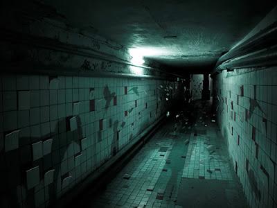 Couloir sombre carreaux volent