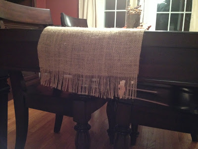 http://www.twoityourself.blogspot.com/2013/09/fall-table-decorations-on-burlap-runner.html