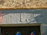 Llinda gravada amb la data de 1764 d'una de les finestres de l'actual restaurant, antiga rectoria d'Orís
