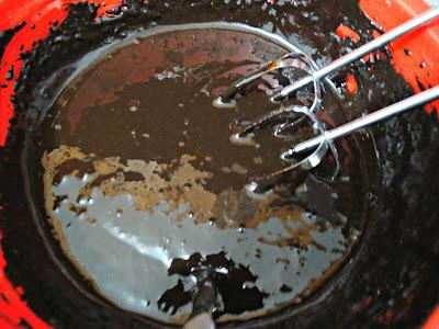 Preparación bien oscura por el café y la algarroba