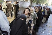 مصدر قضائي: القبض على احد أنصار مرسي بحوزته 32 بطاقة في قنا .. و استبعاد موظف بلجنة يحمل توكيل له
