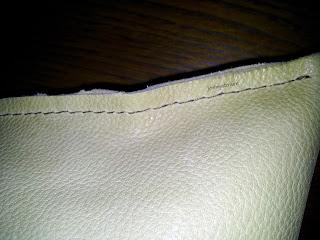 Aperçu de la couture de finition du coussin en cuir retourné.